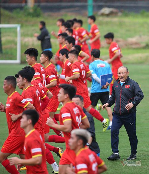 """Mong manh """"bức tường thép"""" của đội tuyển Việt Nam"""